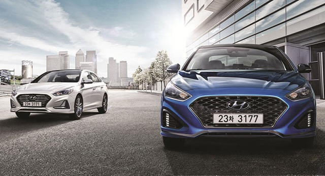 Hai phiên bản tiêu chuẩn và thể thao của mẫu xe này khác biệt một chút trong thiết kế cũng như trang bị động cơ.