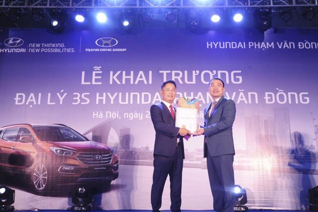 Tổng Giám đốc Hyundai Thành Công Việt Nam trao chứng nhận đại lý 3S cho Hyundai Phạm Văn Đồng