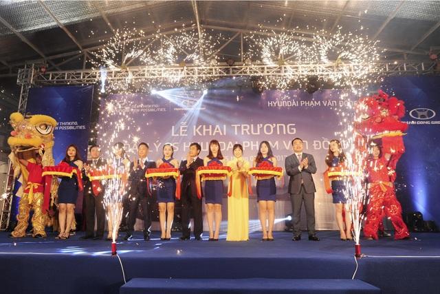 Các đại diện Hyundai Thành Công và đại lý Hyundai Phạm Văn Đồng