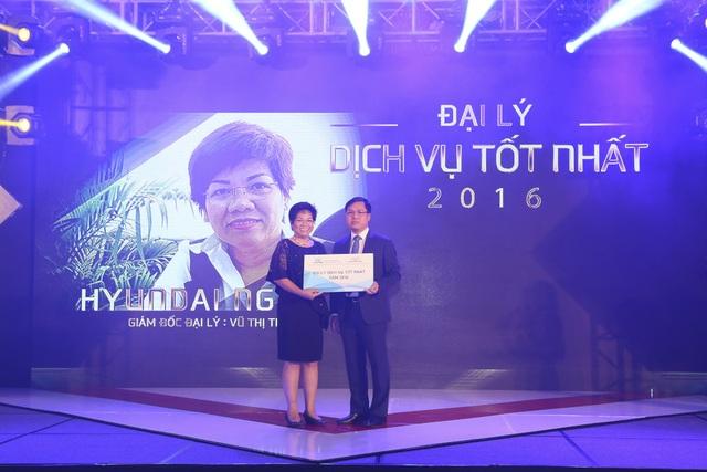 Ông Lê Trọng Thanh - Phó TGĐ Hyundai Thành Công trao giải cho Hyundai Ngọc An - Đại lý Dịch vụ tốt nhất