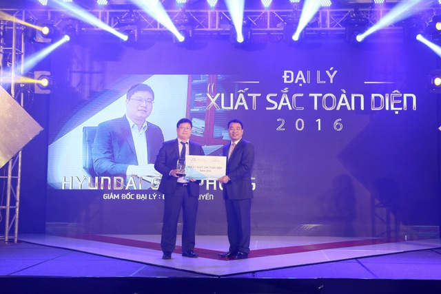 Ông Lê Ngọc Đức - TGĐ Hyundai Thành Công Việt Nam trao giải cho Hyundai Giải Phóng - Đại lý xuất sắc toàn diện