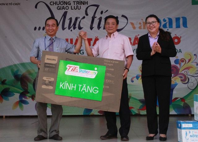 Ông Đặng Chu Dũng (giữa), Phó TGĐ Cty CP TIE trao chiếc tivi cho trường Trường THPT Ngô Quyền.
