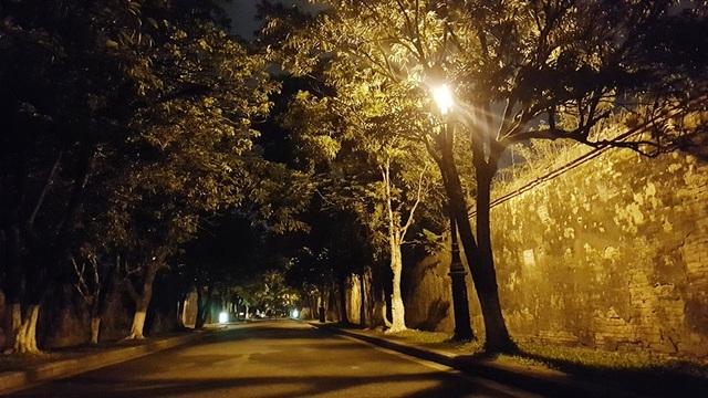 Đến những con đường vắng lặng với dấu xưa hơi cũ gạch ngói rêu phong