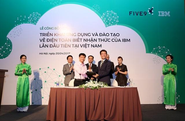 Ông Nguyễn Trọng Huấn, Chủ tịch Hội đồng Quản trị của Five9 và ông Trần Nguyên Vũ - Giám đốc Nhóm các giải pháp và phần mềm, IBM Việt Nam ký kết bàn giao dự án.