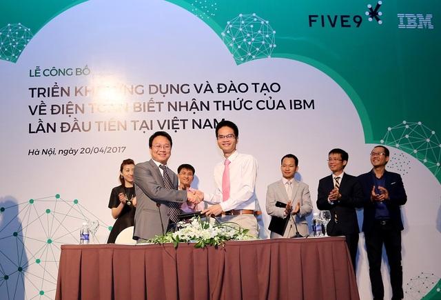 Ông Phan Thế Vinh – Giám đốc công ty Five9 và ông Phạm Huy Triều – Giám đốc công ty OneNet ký kết hợp tác.