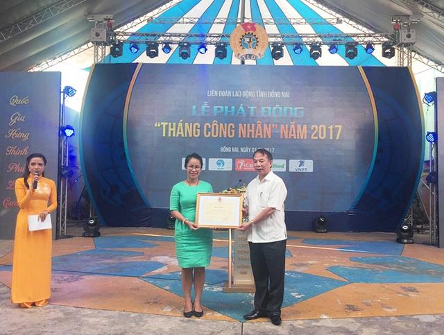 Ông Mai Đức Chính - Phó Chủ tịch Tổng LĐLĐVN trao tặng bằng khen cho đại diện Chương trình Phúc lợi iCare Benefits