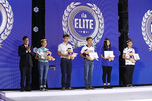 Mỗi học viên xuất sắc nhận được học bổng trị giá 5 triệu đồng.