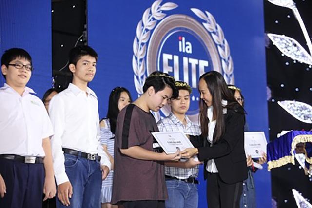 Bà Trần Xuân Dzu, Tổng giám đốc ILA trao học bổng cho học viên xuất sắc