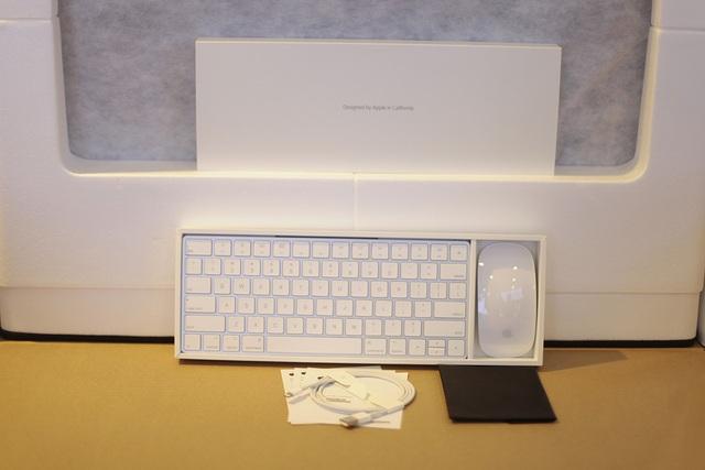 Bên trong hộp máy đi kèm các phụ kiện gồm chuột Macgic Mouse 2, bàn phím Macgic Keyboard và cổng kết nối.