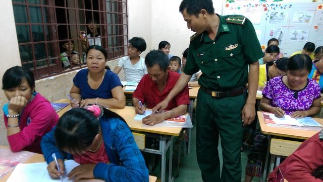 Các học viên chăm chú nghe giảng