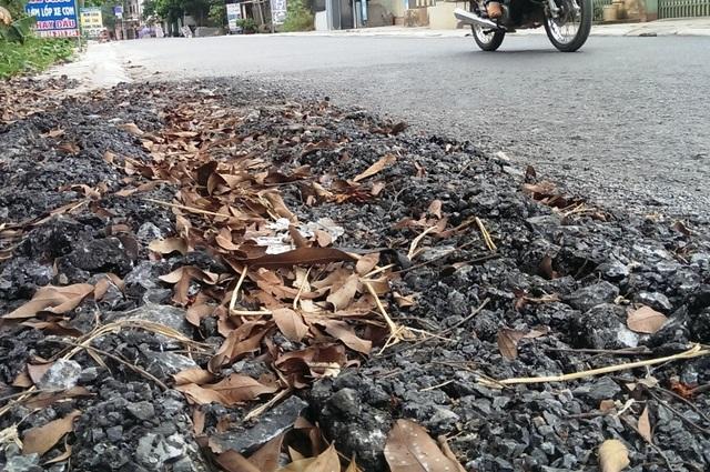 Nhiều đoạn mép đường nhựa đã bị rủi lên, bong tróc lởm chởm