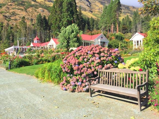 Không còn gì tuyệt vời bằng được ngồi sưởi nắng bên những luống hoa nhiều màu sắc, ngắm mặt hồ Wakatipu yên ả và những dãy núi hùng vĩ trải dài trước tầm mắt