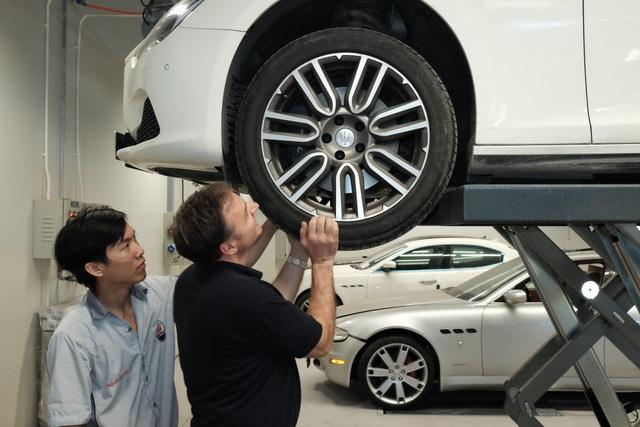 Ông Piero D'Alessandro hướng dẫn kỹ thuật viên công tác bảo dưỡng xe