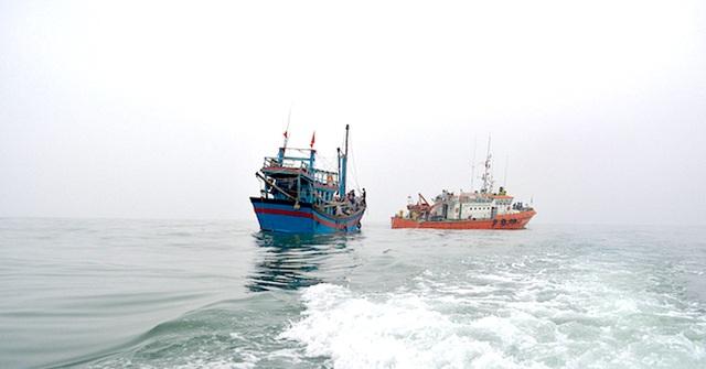 Chiếc tàu cá gặp nạn được lai kéo vào bờ an toàn cùng với 7 ngư dân.