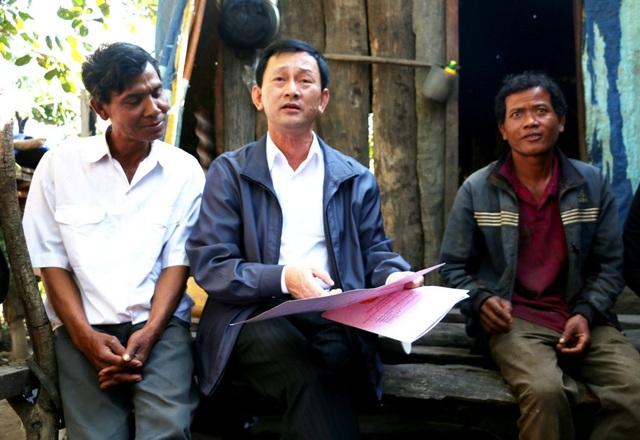 Bí thư Tỉnh ủy Dương Văn Trang trao đổi cùng với bà con làng Ia Bia