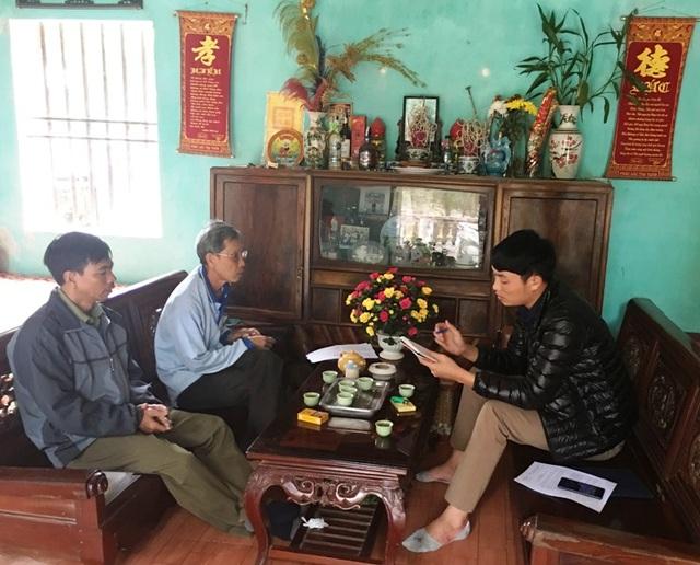 Ông Đặng Văn Quỳnh và ông Phạm Văn Y trao đổi với phóng viên