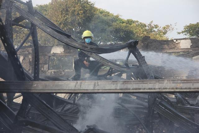 Sau 4 tiếng đồng hồ tích cực chữa cháy, ngọn lửa vẫn cháy âm ỉ bên dưới đống đổ nát