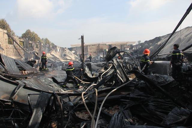 Cảnh sát PCCC Công an tỉnh Tây Ninh đang nỗ lực dập tắt ngọn lửa.