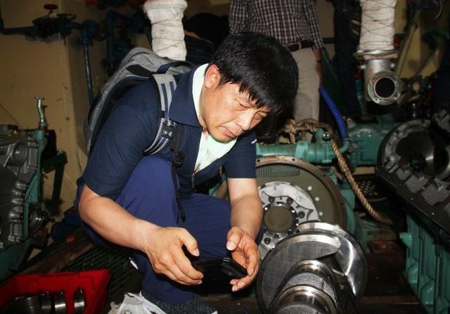 Trước đó, chuyên gia Hàn Quốc đại diện của hãng Doosan (Hàn Quốc) kiểm tra máy của tàu vỏ thép ngư dân Trần Đình Sơn