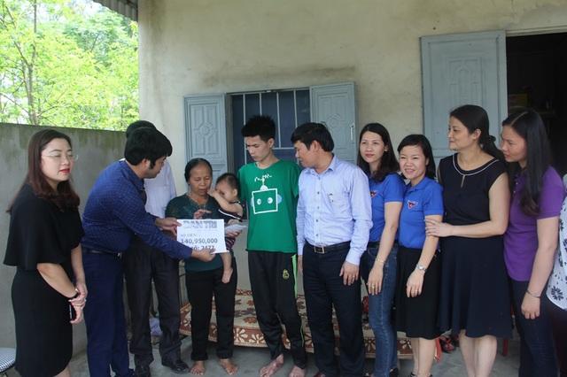 Trưa ngày 14/4, đại diện báo Dân trí tại Bắc Miền Trung đã trao tận tay bố con Hải số tiền 140.950.000 đồng của tuần 4 và tuần 5 tháng 3.