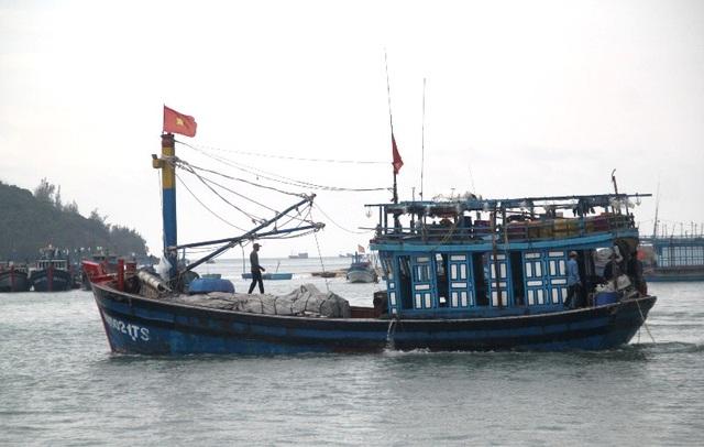 Tàu cá của ngư dân hoạt động ngoài khơi xa thường đối diện với những rủi ro.