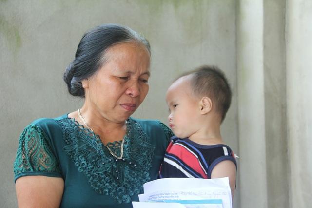 Bà Hường, mẹ em Hải bật khóc khi con trai và cháu nội nhận được nhiều sự quan tâm, giúp đỡ của các nhà hảo tâm.