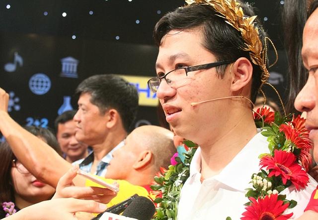 Nhật Minh trả lời phỏng vấn sau khi đăng quang.
