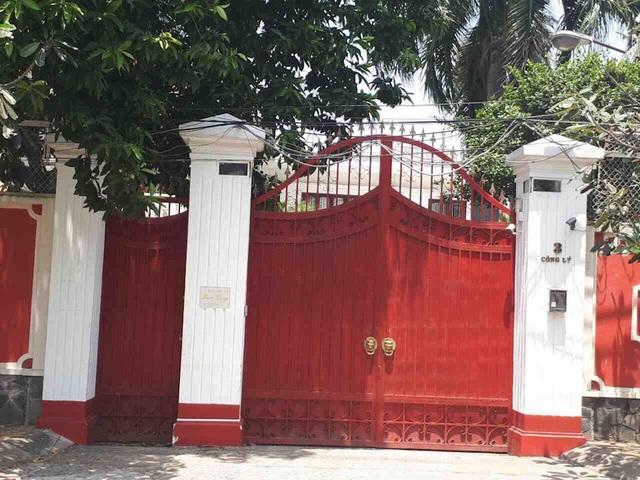 Ngôi nhà khang trang của bà Phấn luôn kín cổng cao tường