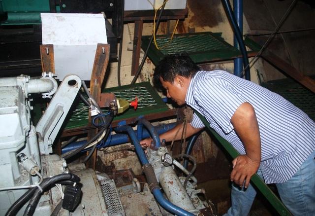 Tàu vỏ thép của ngư dân Lê Văn Thải tiếp tục gặp sự cố nên tàu không thể chạy vào Cam Ranh (Khánh Hòa) lên đà sửa chữa.