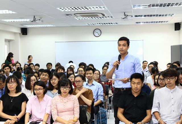 Sinh viên ĐH Việt Nhật - ĐH QGHN giao lưu với ông Toshiaki Koshimura (Ảnh: Quốc Toản)