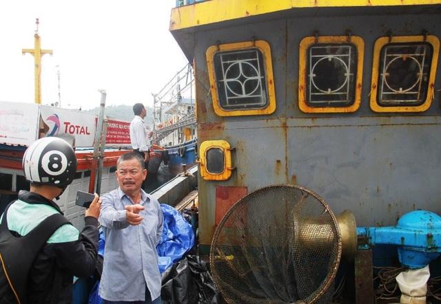 Ông Nguyễn Văn Lý (trú xã Mỹ Đức, huyện Phù Mỹ, Bình Định), chủ tàu vỏ thép BĐ 99004 TS ngao ngán trao đổi với phóng viên vì tàu vỏ thép bị hư hỏng, xuống cấp