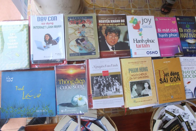 Gần 1.000 đầu sách được chọn lọc kỹ do Huỳnh Văn Thế liên hệ xin, mua được trưng bày và tặng học trò