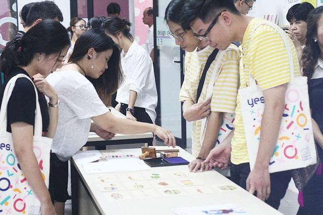 Phương Thảo tặng những bạn trẻ đến thăm triển lãm dự án Ăn chưa? những tấm thiệp quảng bá món ngon Hà Nội.