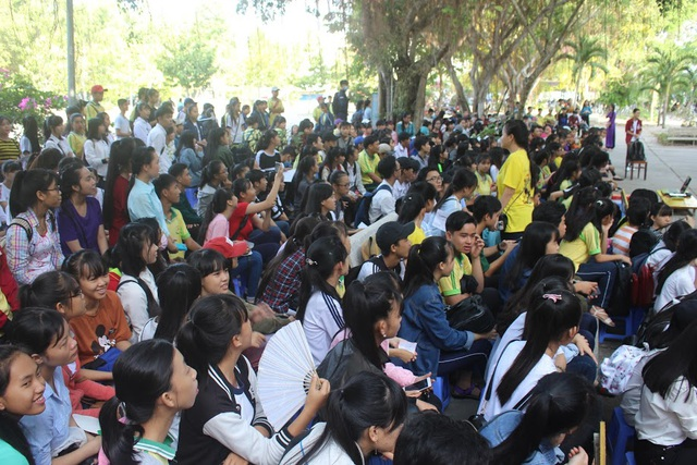 Học trò và cả phụ huynh ở ngôi trường làng THPT Mang Thít, Vĩnh Long đi trẩy hội Tết sách