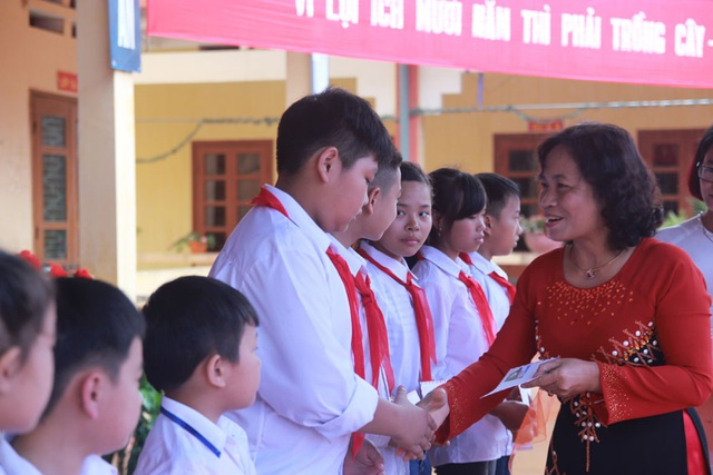 Bà Nguyễn Thị Lan, Phó Chủ tịch Hội Khuyến học tỉnh Yên Bái trao tặng 10 suất học bổng đến các em học sinh nghèo vượt khó của trường
