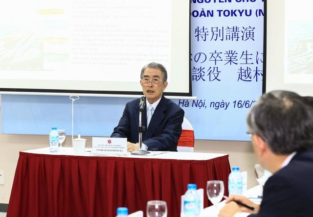 Ông Toshiaki Koshimura, Giám đốc kiêm Cố vấn tập đoàn Tokyu Nhật Bản chia sẻ với sinh viên Việt Nam về việc tuyển chọn nhân lực và bí quyết thành công của người lãnh đạo. (Ảnh: Quốc Toản)