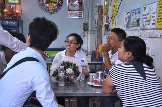 """Thùy Dung ngồi trong một quán chờ ba mẹ ở Tây Ninh xuống đón về. """"Nhiều lần luật sư cũng gửi đơn kiến nghị HĐXX cho tôi tại ngoại nhưng không được. Chiều hôm nay tôi không ngờ mình được rời khỏi trại giam. Đến giờ tôi vẫn tưởng mình đang mơ"""", Thùy Dung nói"""