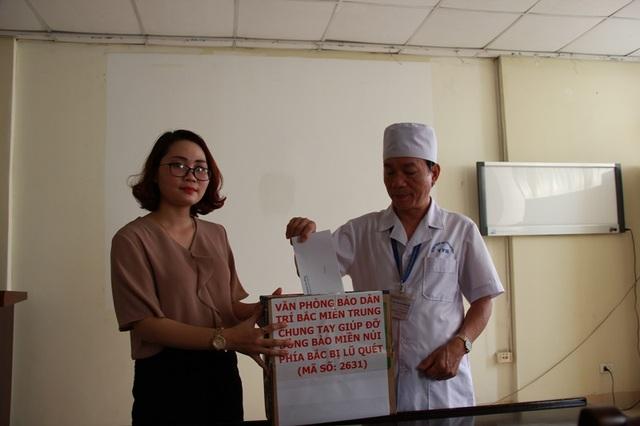 Ông Nguyễn Văn Hùng, Giám đốc bệnh viện Nhi Thanh Hóa thay mặt cán bộ nhân viên của bệnh viện ủng hộ 10 triệu đồng giúp đỡ bà con người dân miền núi bị lũ quét