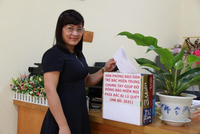 Cô giáo Vũ Thị Thúy Hà, Hiệu trưởng trường tiểu học Đông Vệ 2, TP Thanh Hóa cũng đến ủng hộ đồng bào miền núi với số tiền 2 triệu đồng do tập thể giáo viên và học sinh đóng góp