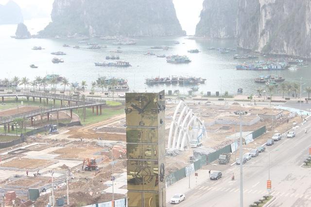 Cột đồng hố có chiều cao 28 m, phần khung được làm từ 18 tấn thép.
