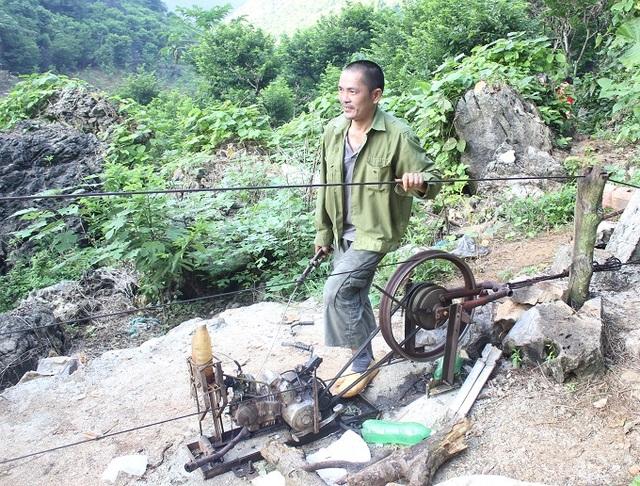 Chính vì những khó khăn đó, người dân nơi đây đã nghĩ ra cách dùng máy tời, cáp treo để chuyển những thúng na từ trên núi xuống.