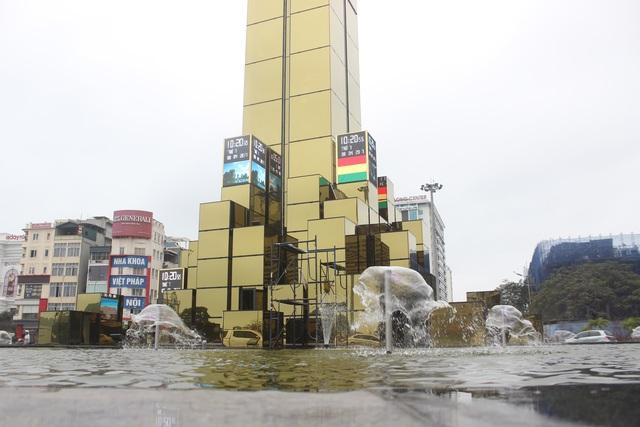 Cột đồng hồ mới được xây dựng trên kết cấu bởi 53 khối lớn nhỏ.
