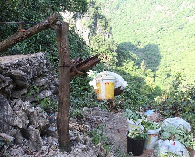 Cũng có khi na được kéo từ khu vực thu hoạch dưới thung lũng lên vùng tập kết để từ đây di chuyển xuống chân núi.