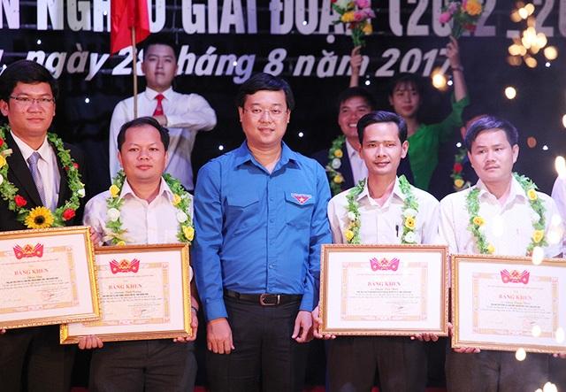Anh Lê Quốc Phong, Bí thư thứ nhất Trung ương Đoàn, tặng bằng khen và chúc mừng 60 đội viên tiêu biểu thuộc Dự án 600 Phó chủ tịch xã tiêu biểu