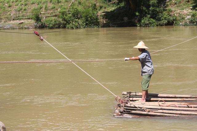 Một đầu mảng buộc với sợi dây cáp chăng ngang sông, nếu đứt cáp sẽ xảy ra thảm họa khó ai ngờ