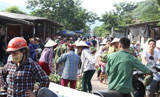 Sáng ngày 11/8, khu vực chợ na gần thị trấn Chi Lăng rất tấp nập.
