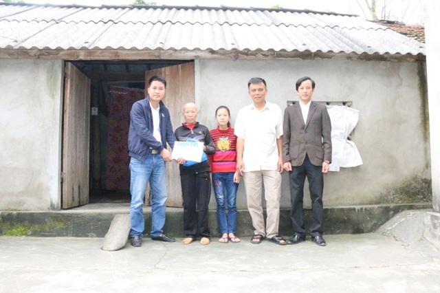 PV Dân trí đã cùng với chính quyền xã Hồng Lộc (huyện Lộc Hà, Hà Tĩnh) đã tới thăm và trao số tiền 135.715.000 đồng cho gia đình chị Phan Thị Thủy
