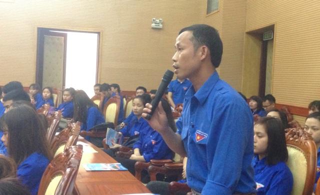 Các đoàn viên thanh niên tích cực đặt câu hỏi cho các đại biểu.