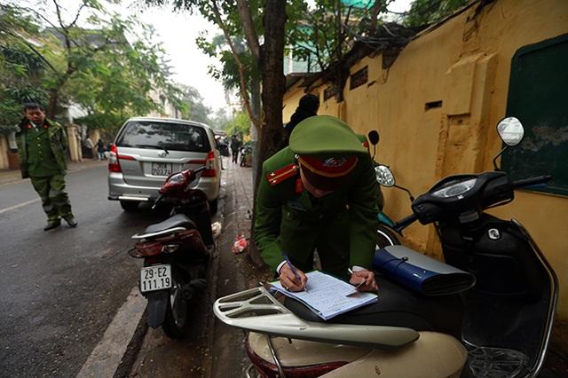 Hà Nội triển khai đỗ xe theo ngày chẵn lẻ, nhiều ô tô bị cẩu - 8