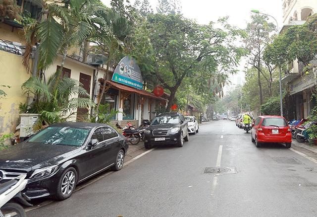 Theo phương án này thì ngày lẻ người dân được đỗ xe bên lẻ, còn ngày chẵn người dân được đỗ xe bên chẵn. Tuy nhiên, trong ngày 7/3, nhiều người vẫn chưa thuộc quy định mới dẫn đến tình trạng đỗ xe cả hai bên đường.